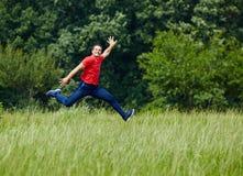 跳跃为喜悦的愉快的人 免版税库存图片