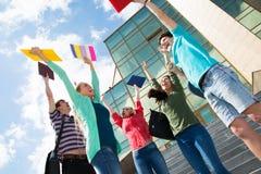 跳跃为喜悦的愉快的学生 免版税库存图片