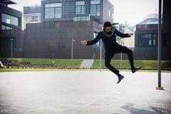 跳跃为喜悦的英俊的年轻人 免版税库存图片