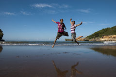 跳跃乐趣在海滩 库存图片