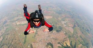 跳跃从降伞的被授权的妇女 库存照片