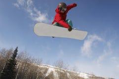 跳跃反对天空的男性挡雪板 免版税图库摄影