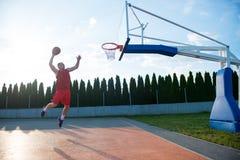 跳跃和做意想不到的灌篮的年轻人演奏stree 库存图片