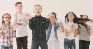 跳跃和拍手的激动的孩子 股票录像