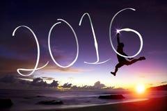 跳跃和画2016年的愉快的年轻人 免版税库存照片
