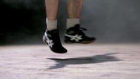 跳跃在一条跨越横线的年轻人 免版税库存图片
