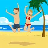 跳跃在与棕榈树的热带海滩的年轻愉快的少年夫妇 免版税库存照片