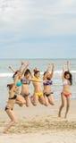 跳跃在中国海滩的女孩岘港在越南 免版税库存图片
