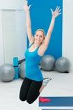 跳跃在健身房的美丽的妇女 免版税图库摄影