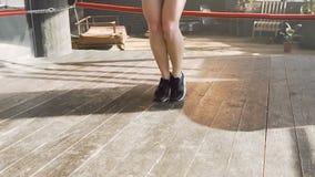 跳跃在健身房的跳绳的适合的女性拳击手 股票录像