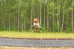 跳跃在夏天的女孩户外,在绷床 喜悦, 图库摄影