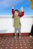 跳跃在大阳台的愉快的小孩 免版税库存照片