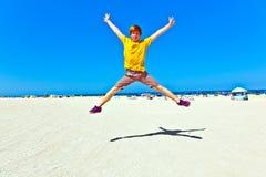跳跃在天空中的逗人喜爱的男孩在 免版税库存图片