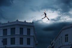 跳跃在屋顶之间 库存照片