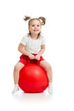 跳跃在弹跳球的愉快的孩子 免版税库存照片