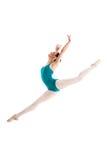 跳跃在当代舞蹈的年轻跳芭蕾舞者 免版税库存图片