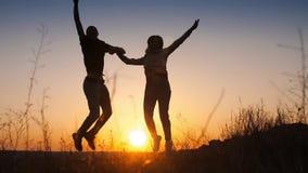 跳跃在日落的夫妇 影视素材