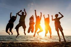 跳跃在海滩 免版税库存照片