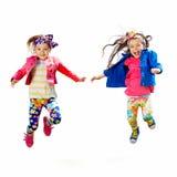 跳跃在白色背景的逗人喜爱的愉快的孩子 免版税库存图片