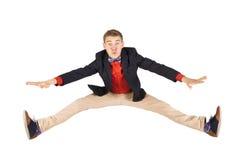 跳跃在空气的快乐的年轻偶然人 免版税图库摄影