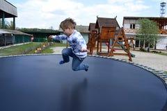 跳跃在绷床的小男孩 免版税库存图片