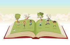 跳跃在绿色公园的逗人喜爱的动画片孩子 免版税库存图片