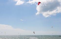 跳跃在美好的背景的Kitesurfer 图库摄影