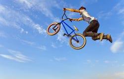 跳跃在自行车的少年 免版税图库摄影