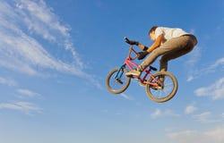 跳跃在自行车的少年 库存图片