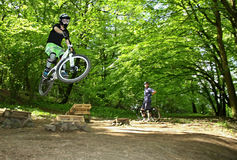 跳跃在自行车 免版税图库摄影
