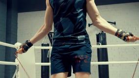 跳跃在跳绳在战斗俱乐部的一会儿准备的Kickboxer 体育刺激 股票录像