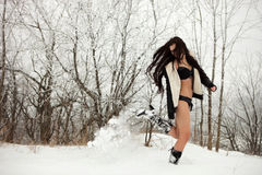 跳跃在雪的女孩 库存图片