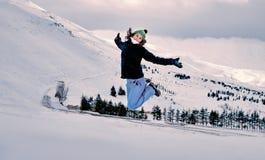 跳跃在雪的愉快的妇女 库存图片