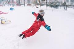 跳跃在雪 免版税库存图片