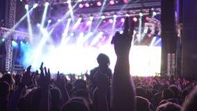 跳跃在音乐会的激动的观众的阴影用手在空气,慢mo上升了 股票录像