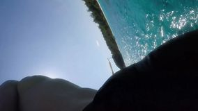 跳跃在从小船的水中的年轻愉快的人 极端GoPro HD Selfie慢动作 海岛similan泰国 股票视频