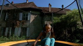 跳跃在绷床的逗人喜爱的小女孩 股票视频