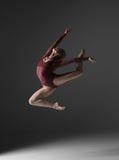 跳跃在a的年轻美丽的现代样式舞蹈家 库存照片