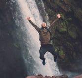 跳跃在Ouzoud瀑布附近的愉快的冒险家在摩洛哥 库存照片