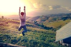 跳跃在Pongpeng森林的愉快的人 图库摄影