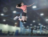 跳跃在vollayball法院的女性排球运动员特写镜头 图库摄影
