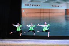 跳跃基本的技巧这全国舞蹈训练 库存图片
