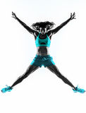 跳跃妇女的健身舒展锻炼剪影 免版税库存图片