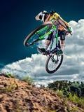 跳跃并且飞行在天空的一个登山车 免版税库存图片