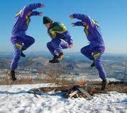 跳跃愉快的人 冬天 免版税库存照片