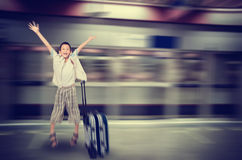 跳跃愉快的Asain的男孩,手提箱, 免版税库存图片