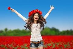 跳跃无忧无虑的年轻可爱的笑的妇女  愉快青少年 免版税库存照片