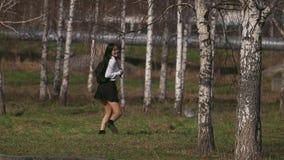 跳跃沿领域的短裙的笑的中国女性到女孩的野餐 股票录像