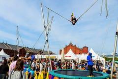跳跃由缆绳机器的男孩翻筋斗 免版税库存图片