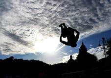 跳跃的人剪影海滩的圣泰伦佐,莱里奇, Ligu 免版税库存照片